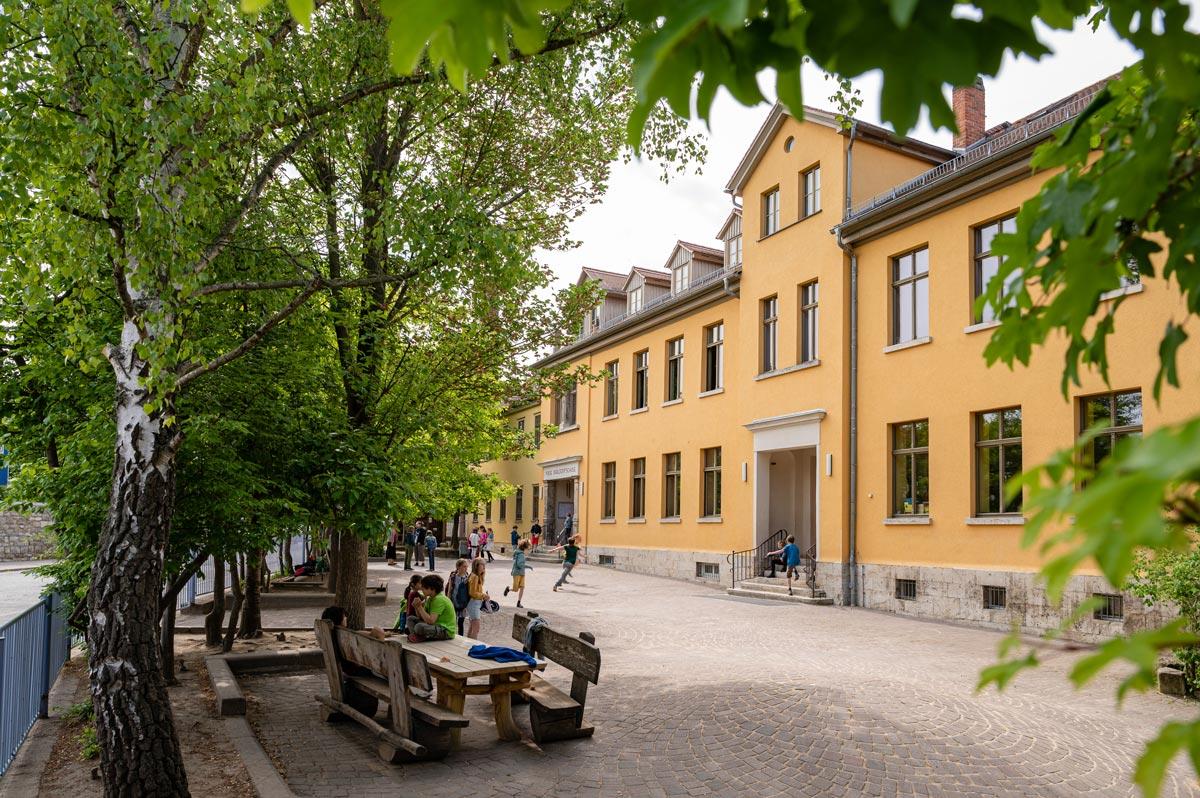 Schulhof der Waldorfschule in Weimar